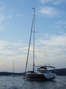 Segelyacht an Boje im Kroatien
