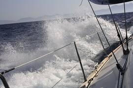 Wasser spitzt hoch an Bord