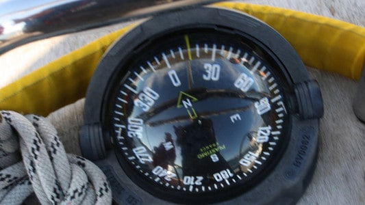 Kompass auf Segelyacht